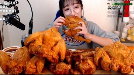 韩国美女大胃王的一顿饭,一个人吃五只炸鸡,