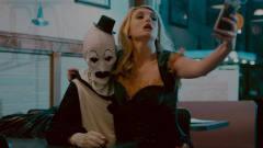 美女拽着小丑自拍,没想到不仅被拒绝,还遭来