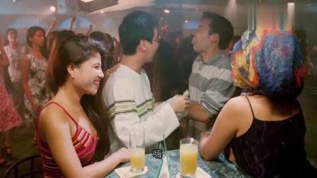 三个小伙去酒吧玩耍,红灯酒绿台上占满了美女