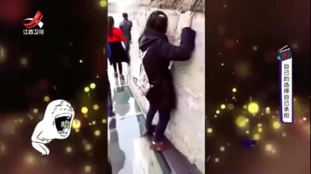 家庭幽默录像:高空玻璃栈道上,儿子声嘶力竭