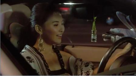 美女开车被拦,溜下车去找男子!