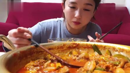 吃播:韩国美女吃货试吃一大锅韩式五花肉汤锅