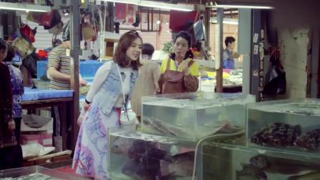 美女去菜市场买鱼,谁知竟碰到亲妈在卖猪肉,