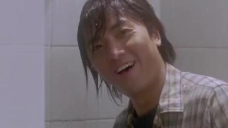 男子着急如厕进入女厕,没想到美女老师在洗澡