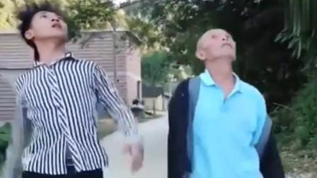许华升搞笑视频,这老头走路太嚣张了