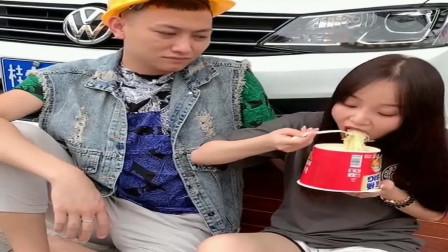 广西老表搞笑视频:老表吐槽*妹吃泡面,看到他