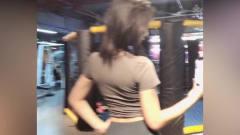 健身房偶遇的美女,拿着手机在自拍,真的好自