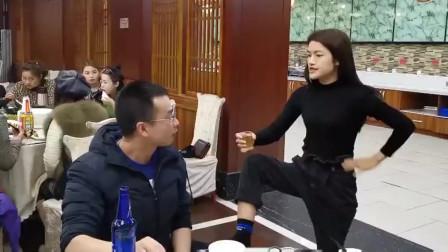 搞笑视频:女同事喝酒太厉害了,真够霸气的