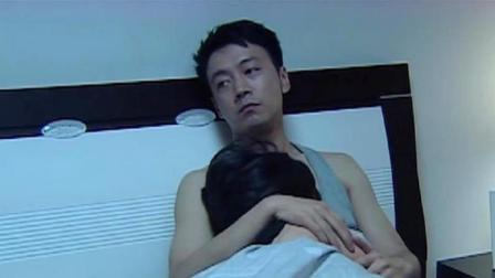 温柔的背叛:美女躺在床上,男子一下把美女搂