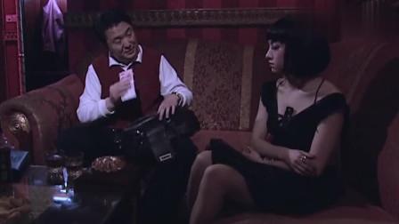 男子看中酒吧美女,要带她走!