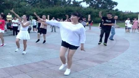 广场鬼步舞:领舞的美女跳得真动感,舞步动感