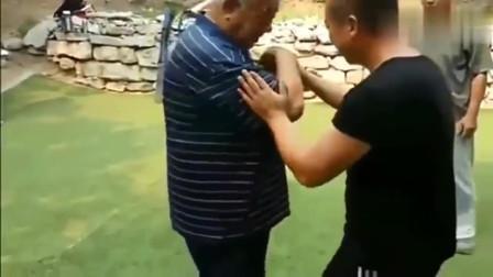 80岁大师招招撂倒壮汉,传统武术威武,你服不服