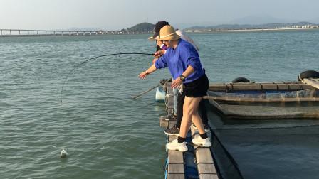 闲牛带两个同学出海钓鱼,有美女在运气果然不