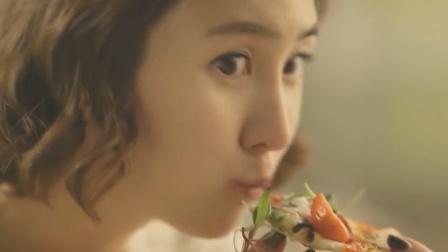 韩国美女吃披萨,刚出锅拿起来就吃,超多的芝