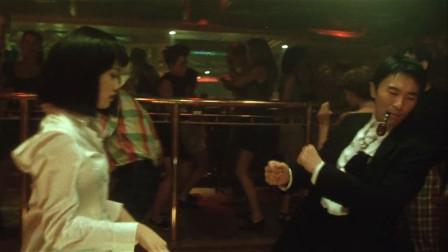星爷和美女到酒吧玩,不料遇到了美女的老公!