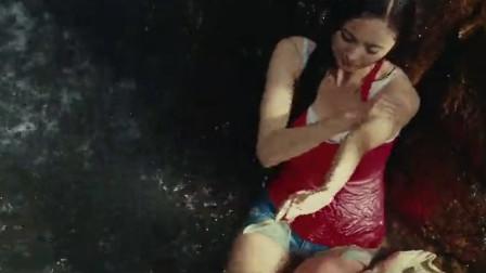 美女回归自然,在瀑布下洗澡,这身材简直就是