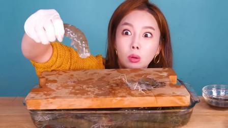 韩国美女吃货,吃鲜虾刺身,蘸点酱,吃得美滋