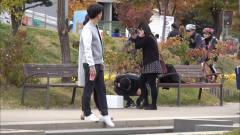 国外恶搞:韩国街头出现神秘纸箱,美女闻声而