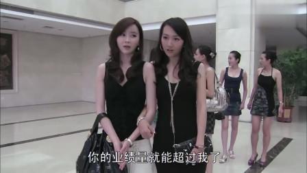 美女们高兴的从电梯里出来!