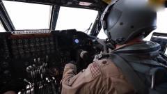 军事:复杂的*-52H轰炸机驾驶舱,控制台布满仪表