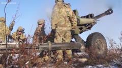军事:美国陆军的M119式105毫米轻型榴弹炮发射,