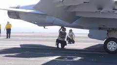 军事:机械师指挥舰载机驶入弹射器挂载区