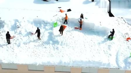 这是我们学校的扫雪大队,没跟上的那个就是我
