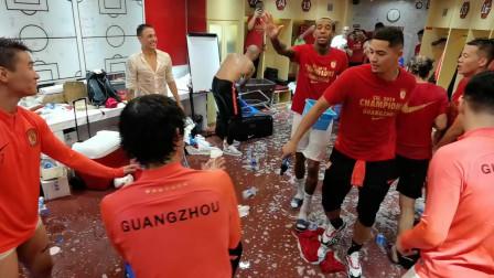 恒大赛后更衣室疯狂庆祝夺冠,教练组被球员们