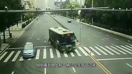 美女因为估算失误,本以为公交车不会撞她,回