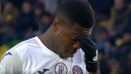 法甲:下半场补时,图卢兹球员伊塞卡点球进球,扳回一分