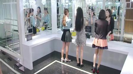 美女上厕所,听到三个美女议论自己,出来后怒