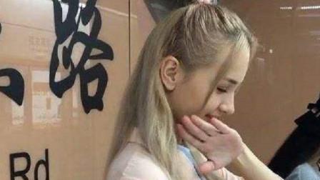 俄罗斯美女试穿中国汉服超害羞,当她抬起头时