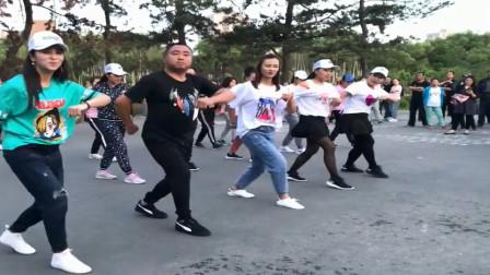 广场鬼步舞:音乐的节奏欢快,舞步简单,一起