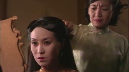 美女给慈禧太后梳头,梳下一撮毛愣是不敢说