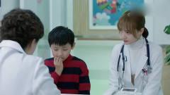 小男孩有咬手指习惯,美女医生说出自己糗事后