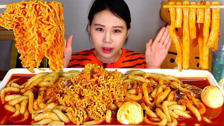 大胃王美女小姐姐,吃火鸡面和辣炒年糕,就连