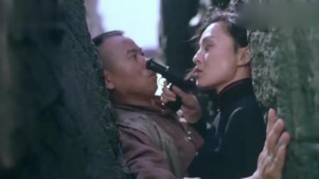 大叔为躲避日军追捕,与美女一起卡在崖缝,好