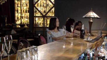 带美女酒吧喝酒,突然遇到熟人,吓得站了起来