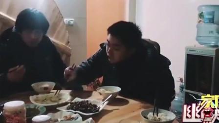 家庭幽默录像:在声控灯下吃饭,一顿饭下来,