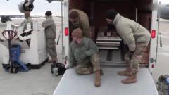 军事:这车底盘太低,把它搬到C17运输机上,美