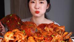 现在的吃播美女太厉害了,海鲜蘸着辣椒油,恕