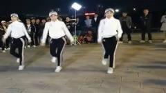 广场鬼步舞:几个美女的跳得太动感了,路人称