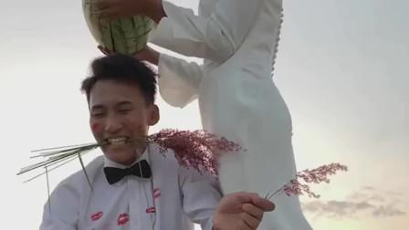 小伙和女朋友拍婚纱照,摄影师让美女用西瓜砸