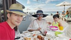 严屹宽一家三口同游马尔代夫 享海景美食工作带
