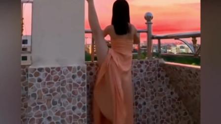 美女看夕阳的姿势,真的太霸气了!