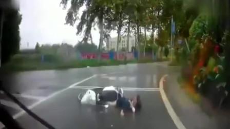 美女穿裙子骑车子,雨天行驶不慎摔倒,记录仪