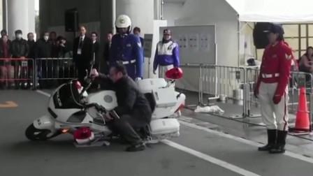 机车摩托:重达700斤的摩托车,美女骑警轻松扶