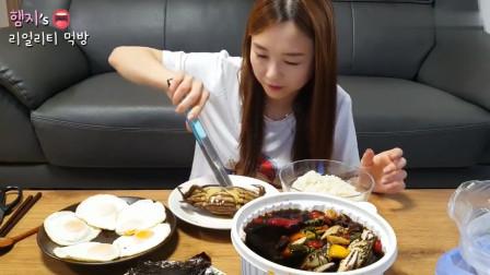韩国吃播!美女今天准备了酱油腌螃蟹,那蟹黄