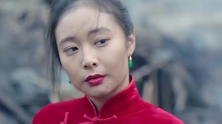 红衣美女假装告密,趁太君不注意,狠狠的咬住