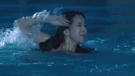 美女深夜去游泳,被人拽下水!